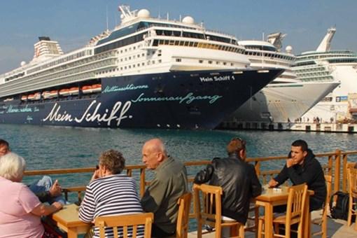 Gemilerden 2,2 milyon turist indi!