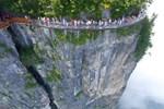 İşte metrelerce yüksekliğe inşa edilmiş cam zeminli yürüyüş yolu!