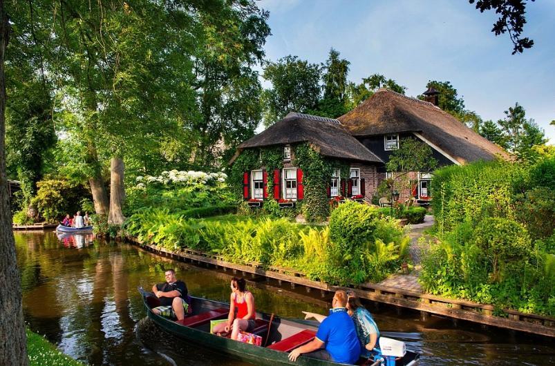 Büyük ya da küçük 180'den fazla köprünün yer aldığı Giethoorn köyünün nüfusu ise 3 binin altında.
