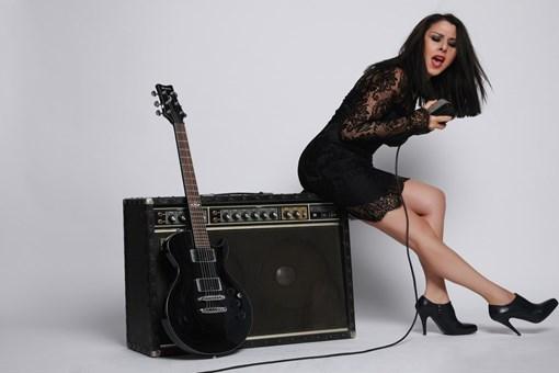 Ünlü şarkıcı Nilüfer kızı ve 11 kedisiyle 4 katlı bu villada yaşıyor