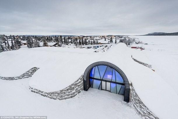 Güneş enerjisi ile soğuyan buzdan otel yapıldı