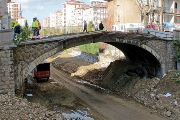 Tarihi Erenköy Tren Yolu Köprüsü sökülüyor