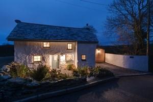 İngiltere'de 300 yıllık taş ev büyülüyor