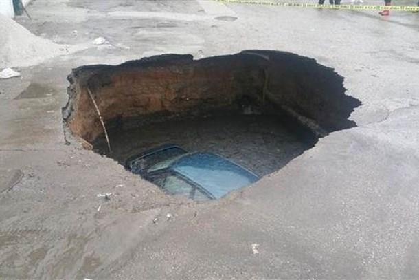 Ankara'da yol çöktü! Otomobil çukura düştü