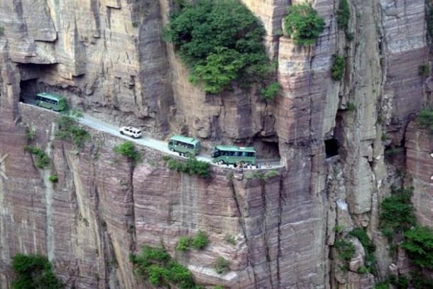 Çin'de inşa edilen 1700 metre yüksekliğindeki yol hayrete düşürüyor