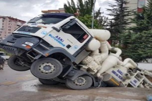 Ankara'daki çukura birde kamyon düştü!