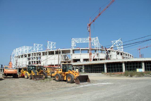 33 bin 919 seyirci kapasiteli stadın çatısı ve dış kaplaması ile saha zeminine çim ekimi...