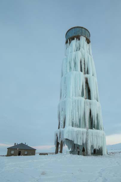 Van'da aşırı soğuk nedeniyle boruları patlayan 20 metre  yüksekliğindeki su deposu, akan suların...