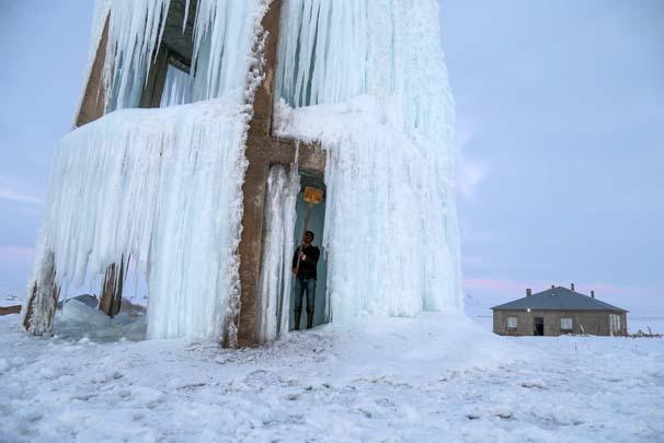 Yaklaşık 20 metre yüksekliğinde 4 katlı su deposunda patlayan  borulardan akan suların donması...