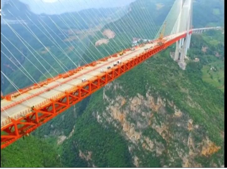 Çin'de yaklaşık bir kilometre 300 metre uzunluğundaki Beipanjiang Köprüsü açıldı.