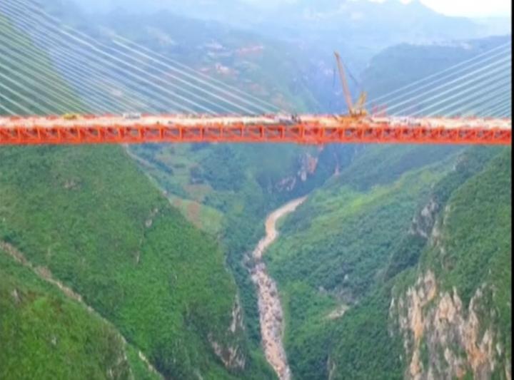 Yaklaşık bir kilometre 300 metre uzunluğundaki asma köprü, yerden 565 metre yükseliğiyle de...