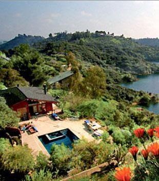 Deniz kenarındaki bir tepeye kondurulmuş muhteşem manzaralı modern bir villada veya yeşillikler...