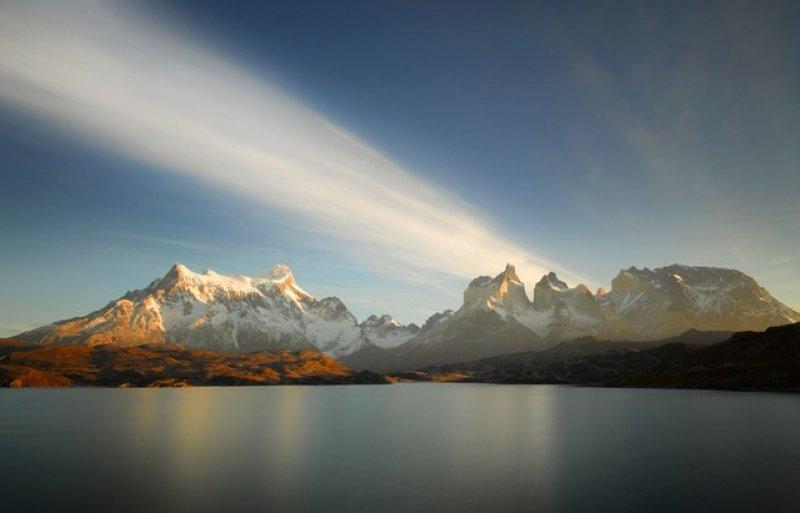 Torres del Paine Milli Parkı'nda, Patagonya, Şili'de gündoğumu izleyen bir göl.