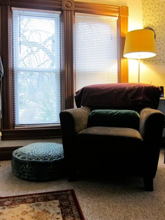 Bu evde bir de köpeği ile yaşıyor. Evde yok yok. Güzel bir mutfak, minik bir banyo, okuma köşesi ve...