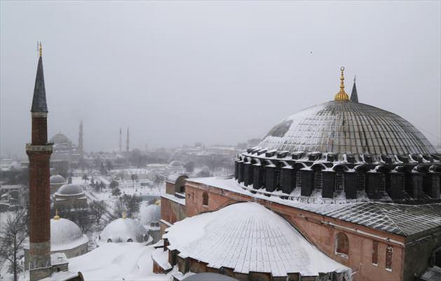 İstanbul'da aniden bastıran kar yağışı, şehri etkisi altına aldı...