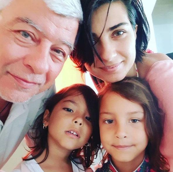 <div> Tuba Büyüküstün'ün ikiz kızlarıyla baba ziyareti.</div> <div> &nbsp;</div>