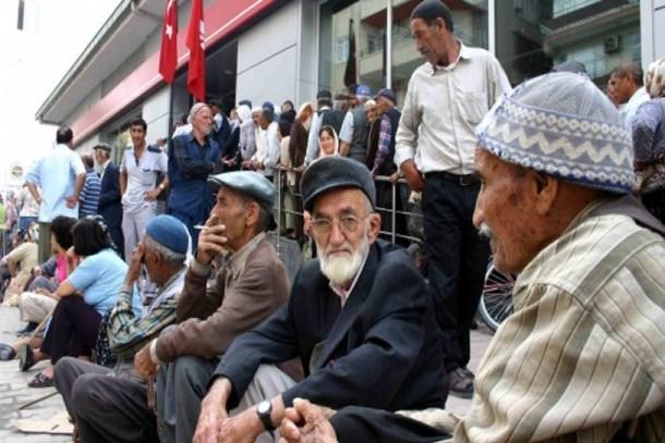 Emekliler giderek fakirleşiyor