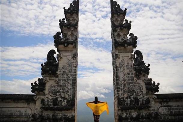 Yanardağın gölgesinde bir tapınak!