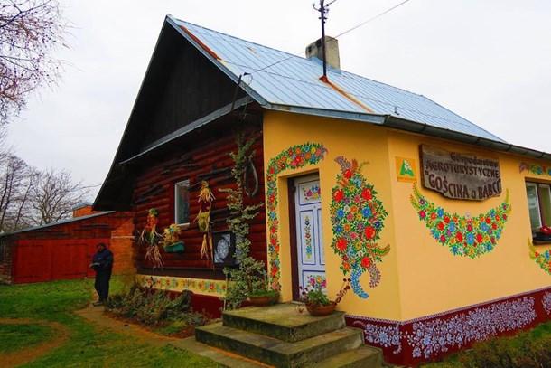 Bu köyde her yer çiçek motifleriyle süslü!