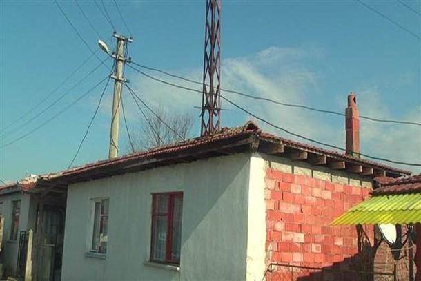 Bu evin ortasından elektrik direği geçiyor!