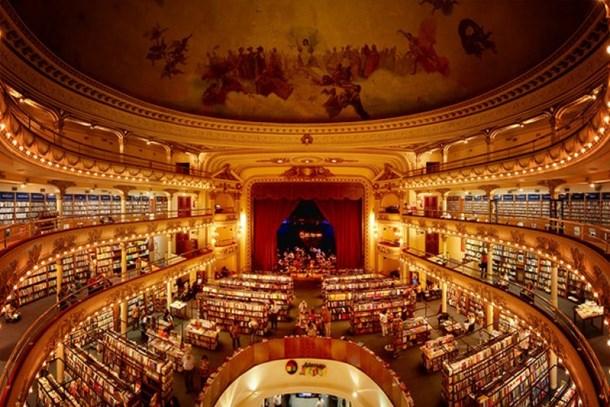 Asırlık tiyatro dev bir kütüphaneye dönüştürüldü!