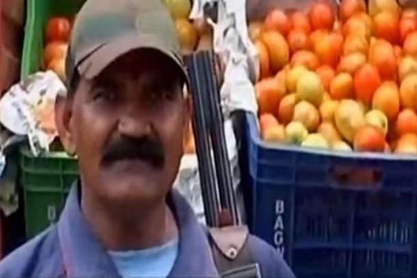 Fiyatı fırlayan domatese silahlı koruma!