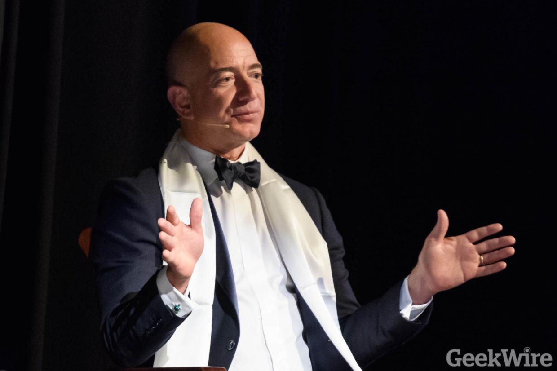 Amazon'un kurucusu Jeff Bezos, şirket hisselerinin yüzde 6.6 artmasıyla servetine 6 milyar dolar...