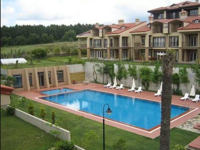 Tatlıtuğ çifti önceki evlerinden daha geniş olan bu villa için 15 bin TL kira ödeyecek.