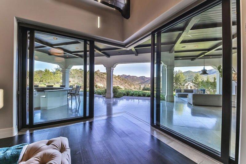 El yapımı tavan işlemelerinden oluşan geniş yüzme havuzu ve lüks spasına kadar mükemmel bir uyum...
