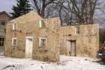 1800'lü yıllardan kalan çatısız binayı saraya çevirdi
