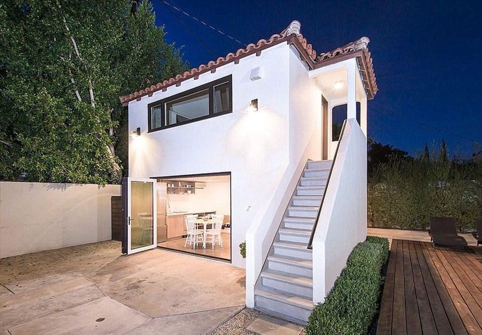 İki katlı bu lüks villada dört yatak odası, dört banyosu, havuzu, havuzbaşı ahşap evi, misafir evi...