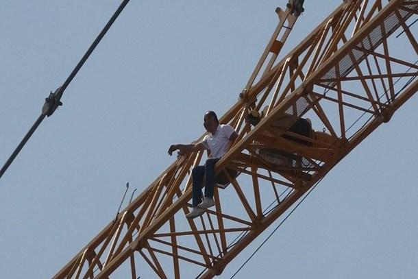Taksim Cami inşaatında intihar girişim